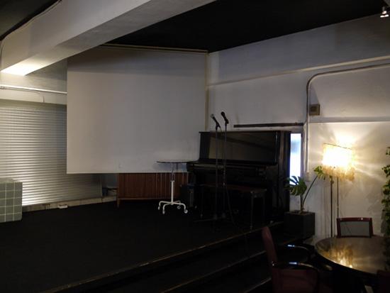 ステージにはピアノも。